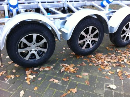 Leichtmetallfelgen SCHWARZ + Reifen 185 R14 900kg